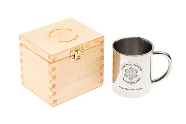 Aktywny kubek obok drewnianego pudełka