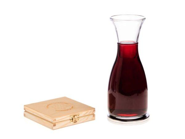 Aktywna podstawka na której karafka z czerwonym winem