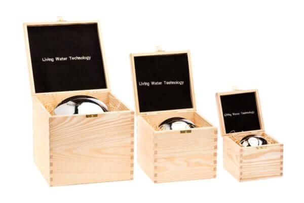Trzy aktywne kule w drewnianych pojemnikach