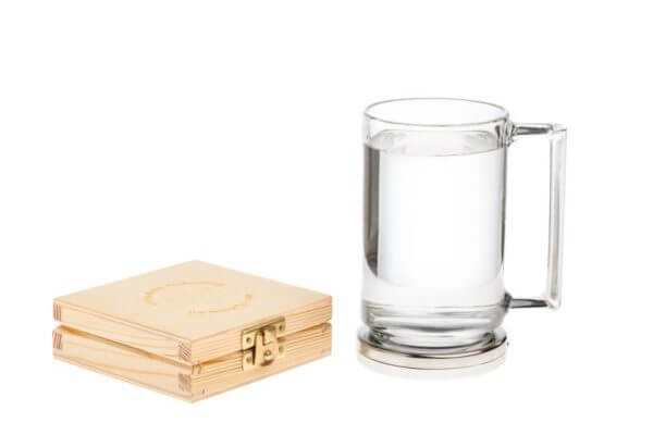 Aktywna podstawka a na niej kubek z wodą