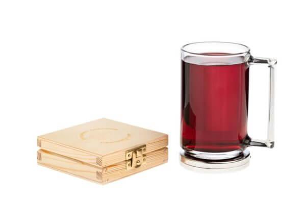 Aktywna podstawka a na niej kubek z czerwonym sokiem