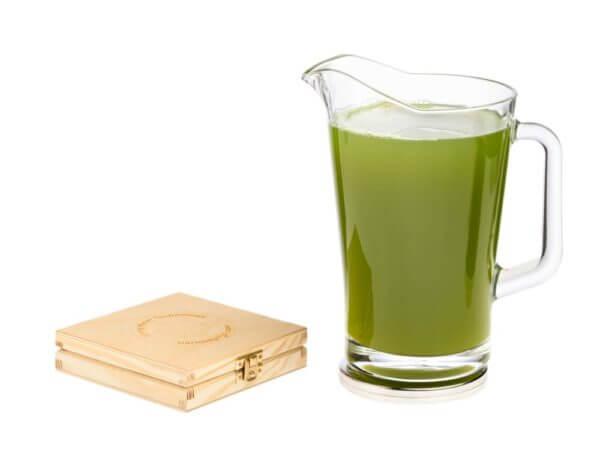Aktywna podstawka a na niej dzban z zielonym sokiem