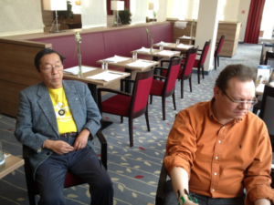 Masaru Emoto obserwujący pana Jacka podczas badania